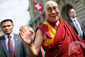 Big audience for panel with Dalai Lama despite Beijing protest