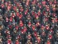 Massa gabungan dari berbagai elemen buruh melakukan long march di kawasan Protokol MH. Thamrin Jakarta, Rabu (1/5). Peringatan Hari Buruh Internasional yang diikuti ribuan buruh tersebut menuntut pemerintah untuk meningkatkan kesejahteraan buruh serta menjalankan program jaminan sosial. (ANTARA/Wahyu Putro A)