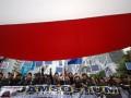 Massa gabungan dari berbagai elemen buruh melakukan long march di kawasan Protokol MH. Thamrin Jakarta, Rabu (1/5). Peringatan Hari Buruh Internasional yang diikuti ribuan buruh tersebut menuntut pemerintah untuk meningkatkan kesejahteraan buruh serta menjalankan program jaminan sosial. (FOTO ANTARA/M Risyal Hidayat)