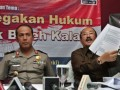 Kuasa Hukum Mantan Kabareskrim Susno, Fredrich Yunaidi (kanan) bersama Karo Penmas Mabes Polri Brigjen Pol Boy Rafli Amar (kiri) menunjukan proses eksekuasi Susno Duadji saat diskusi 'Proses Penegakan Hukum Negara Tidak Boleh Kalah' di Jakarta, Kamis (2/5). Diskusi tersebut membahas proses eksekusi yang dilakukan kejaksaan terhadap susno terkait kasus korupsi Pemilu Kada Jawa Barat. (FOTO ANTARA/Reno Esnir)