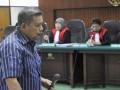 Mantan jaksa Pengadilan Negeri Jakarta Barat Sultoni menjalani persidangan dengan agenda putusan di Pengadilan Tindak Pidana Korupsi Jakarta, Rabu (2/5). Majelis Hakim Pengadilan Tipikor menjatuhkan hukuman 1,5 tahun penjara dan denda Rp.50 juta subsidair dua bulan kurungan karena jaksa nakal tersebut terbukti telah memalsukan dokumen eksekusi putusan terpidana kasus narkotika atas nama Sugianto alias Lim pada 2007 lalu dari hukuman yang seharusnya dijalani selama 10 tahun menjadi hanya tiga tahun penjara. (FOTO ANTARA/Wahyu Putro A)