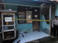 Polisi menjaga rumah petak milik terduga teroris Sigit Indrajit di Pondok Benda, Pamulang, Tangerang Selatan, Jumat (3/5). Densus 88 menggerebek rumah tersebut dari hasil pengembangan jaringan teroris Mampang, Jakarta, tetapi sigit berhasil meloloskan diri. (FOTO ANTARA/Muhammad Iqbal)