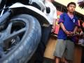 Petugas membawa tersangka, Angga Sundawa (22) pembunuh siswi di Polres Tegal, Kabupaten Tegal, Jateng, Kamis (2/5). Polres Tegal berhasil mengamankan tersangka Angga yang membunuh siswi SMK Muhamadiyah 1 Tegal, Arantxa Ramadhanie (18) dengan barang bukti 1 buah sepeda motor, 1 buah HP dan Pakaian. Angga membunuh karena korban minta pertanggungjawaban kehamilan yang berumur 4 bulan. (FOTO ANTARA/Oky Lukmansyah)