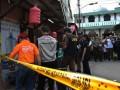 Tim Indonesia Automatic Fingerprints Identification System (Inafis) Polda Metro Jaya dan Puslabfor Mabes Polri melakukan olah TKP di rumah terduga teroris di kawasan Bangka, Kemang, Jakarta Selatan, Jumat (3/5). Olah TKP tersebut di lakukan setelah Densus 88 melakukan penyergapan kedua terduga pelaku teroris yang dilakukan pada Kamis (2/3 )sekitar pukul 21.30 WIB di Jl Jenderal Sudirman dekat jembatan Semanggi. Dari keduanya, polisi menemukan rangkaian kabel dan 5 bom pipa rakitan. (FOTO ANTARA/Reno Esnir)