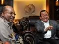 Wakil Ketua DPR Priyo Budi Santoso (kanan) menerima Gubernur Papua Lukas Enembe (kiri) di Ruang Pimpinan DPR, Kompleks Parlemen, Senayan, Jakarta, Senin (6/5). Pertemuan tersebut menyoroti perkembangan terkini masalah Papua seperti pendirian Kantor Organisasi Papua Merdeka (OPM) di Oxford Inggris serta mengenai konsep otonomi khusus yang diperluas yang dimaksud Presiden Susilo Bambang Yudhoyono. FOTO ANTARA/Andika Wahyu/ama/13.