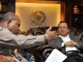 Wakil Ketua DPR Priyo Budi Santoso (kanan) menerima Gubernur Papua Lukas Enembe (kiri) di Ruang Pimpinan DPR, Kompleks Parlemen, Senayan, Jakarta, Senin (6/5). Pertemuan tersebut menyoroti perkembangan terkini masalah Papua seperti pendirian Kantor Organisasi Papua Merdeka (OPM) di Oxford Inggris serta mengenai konsep otonomi khusus yang diperluas yang dimaksud Presiden Susilo Bambang Yudhoyono. (ANTARA/Andika Wahyu)