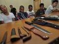 Polisi menampilkan sejumlah tersangka dan barang bukti kepemilikan senjata tajam dan senjata api rakitan jenis dum-dum saat rilis kasus di Mapolres Palu, Sulawesi Tengah, Senin (6/5). Tersangka dan barang bukti itu diamankan petugas Polres Palu saat melakukan razia pada sejumlah tempat di Kota Palu dalam rangka mengantisipasi hal - hal yang dapat memicu gangguan keamanan dan ketertiban masyarakat (Kamtibmas). (FOTO ANTARA/Mohamad Hamzah)