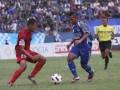 Pesepakbola PSIM, Supri Andriyanto (kanan) berebut bola dengan pesepakbola PSMP Mojokerto, Bejo Sugiyantoro (kiri) pada pertandingan Divisi Utama Liga Indonesia di Stadion Mandala Krida Yogyakarta, Selasa (7/5). Pertandingan tersebut dimenangkan oleh tim PSMP Mojokerto dengan skor 1-0. (FOTO ANTARA/Regina Safri)