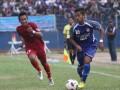 Pesepakbola PSIM, Danny Wahyu (kanan) berebut bola dengan pesepakbola PSMP Mojokerto, Wage Dwi (kiri) pada pertandingan Divisi Utama Liga Indonesia di Stadion Mandala Krida Yogyakarta, Selasa (7/5). Pertandingan tersebut dimenangkan oleh tim PSMP Mojokerto dengan skor 1-0. (FOTO ANTARA/Regina Safri)