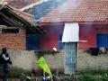 Anggota tim Densus 88 melakukan penggerebekan dan penangkapan teroris di salah satu rumah kontrakan di Kampung Batu Rengat, Desa Cigondewah, Kab. Bandung, Jabar, Rabu (8/5). Tim Densus 88 bersama tim gabungan lainnya menggerebek sebuah kontrakan yang di dalamnya terdapat empat teroris yang juga menyandera dua anak. (FOTO ANTARA/Fahrul Jayadiputra)