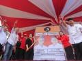 Ketua Umum PDIP Megawati (baju hitam) saat menjadi juru kampanye Cagub-Cawagub Jawa Tengah, Ganjar Pranowo (dua dari kiri) dan Heru Sudjatmoko (kiri) di Lapangan Cangkol, Mojolaban, Sukoharjo, Jawa Tengah, Minggu (12/5). Kampanye terbuka pasangan Ganjar- Heru tersebut juga dihadiri sejumlah kader PDIP, seperti Puan Maharani dan Walikota Solo FX Hadi Rudyatmo. (ANTARA/Herka Yanis Pangaribowo)