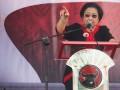 Ketua Umum PDIP Megawati Soekarnoputri saat menjadi juru kampanye Cagub-Cawagub Jawa Tengah nomor urut 3, Ganjar Pranowo dan Heru Sudjatmoko di Lapangan Cangkol, Mojolaban, Sukoharjo, Jawa Tengah, Minggu (12/5). Kampanye terbuka pasangan Ganjar-Heru tersebut juga dihadiri sejumlah kader PDIP, seperti Puan Maharani dan Walikota Solo FX Hadi Rudyatmo. (ANTARA/Herka Yanis Pangaribowo)