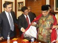Ketua Umum PBNU KH Said Aqil Siradj (kanan) menerima Ulos dari Ephorus HKBP Pdt Willem T.P. Simarmata (tengah) disaksikan Ketua Dewan Penyantun HKBP Effendi Simbolon (kiri) saat pertemuan silahturahim di Kantor Pusat PBNU, Jakarta, Selasa (14/5). Pertemuan tersebut membahas soal kerukunan antar umat beragama. (ANTARA FOTO/Widodo S. Jusuf)