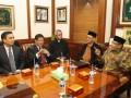 Ketua Umum PBNU KH Said Aqil Siradj (kanan) didampingi Ketua PBNU Maksum Mahfudz (kedua kanan) menerima kunjungan Ephorus HKBP Pdt Willem T.P. Simarmata (kedua kiri), Ketua Dewan Penyantun HKBP Effendi Simbolon (kiri) dan Pimpinan HKBP wilayah Banten Pdt Patar S. Napitupulu (tengah) saat pertemuan silahturahim di Kantor Pusat PBNU, Jakarta, Selasa (14/5). Pertemuan tersebut membahas soal kerukunan antar umat beragama. (ANTARA FOTO/Widodo S. Jusuf)