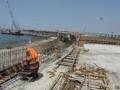 Pekerja merangkai besi pembatas jalan pada pembangunan tol penghubung Bandara Ngurah Rai-Denpasar, Bali, Jumat (17/5). Jalan bebas hambatan sepanjang 12,1 Km yang dibangun di atas laut itu pengerjaannya telah mencapai 95 persen dan ditargetkan dapat beroperasi awal Juli atau menjelang berlangsungnya KTT APEC pada Oktober 2013. (ANTARA/Nyoman Budhiana)