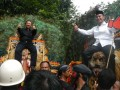 Pasangan Bacagub dan Bacawagub dari PDIP, Bambang DH (kiri) dan Said Abdullah (kanan), naik kepala Reog Ponotogo saat arak-arakan jalan kaki menuju Kantor KPU Jatim di Surabaya, Sabtu (18/5). Pasangan Bambang DH-Said Abdullah mendaftar ke KPU Jatim dalam rangka mengikuti bursa pemilihan kepala daerah Jatim dalam Pilkada Jatim 2013. (ANTARA FOTO/Eric Ireng)