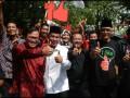 Politisi PDIP, Pramono Anung (2 kiri), mendampingi pasangan Bacagub dan Bacawagub dari PDIP, Bambang DH (2 kanan) dan Said Abdullah (tengah), saat berjalan kaki menuju Kantor KPU Jatim di Surabaya, Sabtu (18/5). Pasangan Bambang DH-Said Abdullah mendaftar ke KPU Jatim dalam rangka mengikuti bursa pemilihan kepala daerah Jatim dalam Pilkada Jatim 2013. (ANTARA FOTO/Eric Ireng)