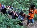 Tim Basarnas bersama relawan RAPI dan SAR Airud mengevakuasi jenazah Zulkarnain (21) salah seorang korban tenggelam di Gunung Lange Kabupaten Aceh Besar, Minggu (19/5). Zulkarnain (21) warga Lampeunerut yang terseret ombak Minggu (12/5) di pantai wisata Lampuuk ditemukan sekitar tiga kilometer dan tim SAR juga masih melakukan pencarian terhadap 11 nelayan Aceh Barat Daya yang hilang pada 9 Mei 2013 di perairan Samudera Hindia. (ANTARA FOTO/Irwansyah Putra)