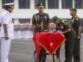 Kepala Staf Angkatan Darat (KASAD) yang baru Letjen Moeldoko (2kanan) menandatangani surat serah terima jabatan disaksikan Panglima TNI Agus Suhartono (kiri) dan KASAD sebelumnya Jenderal Pramono Edhie Wibowo saat upacara serah terima jabatan KASAD di lapangan upacara Mabes AD, Jakarta Pusat, Kamis (23/5). (ANTARA FOTO/Fanny Octavianus)