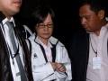 Dirut PT. Master Steel Diah Soembedi (tengah) dikawal dua petugas KPK seusai menjalani pemeriksaan tim penyidik Komisi Pemberantasan Korupsi di Jakarta, Kamis (23/5). malam. KPK resmi menahan Diah di Rutan KPK terkait kasus suap pegawai pajak Jakarta Timur. (ANTARA FOTO/Tomi)
