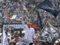 "Puluhan ribu massa yang tergabung dalam Hizbut Tahrir Indonesia (HTI) Jatim mengikuti Muktamar Khilafah di Gelora 10 Nopember, Surabaya, Jatim, Minggu (26/5). Muktamar Khilafah yang bertemakan ""Perubahan Besar Dunia Menuju Khilafah"" tersebut diikuti sekitar 60.000 orang. (ANTARA FOTO/M Risyal Hidayat)"