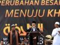 Ketua DPP Hizbut Tahrir Indonesia (HTI) M Rahmat Kurnia (tengah) bersama mantan rocker Ustadz Hari Moekti (kiri) menyampaikan pidato keagaaman pada Muktamar Khilafah 2013, di Stadion Teladan, Medan, Sumut, Minggu (26/5). Muktamar yang dihadiri ribuan kader dan simpatisan HTI se Sumatera Utara, mengangkat tema Perubahan Besar Dunia Menuju Khilafah. (ANTARA FOTO/Irsan Mulyadi)