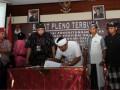 Saksi dari pasangan nomor urut satu menandatangani hasil penetapan Pilkada Bali disaksikan pihak KPU dan saksi dari pasangan nomor urut satu usai pelaksanaan sidang Pleno penetapan Pilkada Bali, Minggu (26/5) di Kantor KPU Bali. Hasil sidang Pleno yang berlangsung di kantor KPU Provinsi Bali menetapkan pasangan nomor urut dua Made Mangku Pastika dan Ketur Sudikerta sebagai Gubernur dan Wakil Gubernur terpilih dengan perolehan suara 1.063.734 dan pasangan nomor urut satu AA. Ngurah Puspayoga dan Dewa Nyoman Sukrawan dengan perolehan suara 1.062.738. (ANTARA FOTO/Satya Baty)