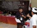 Saksi dari pasangan nomor urut satu, Arteria Dahlan, beradu argumen dengan saksi dari pasangan nomor urut dua saat pelaksanaan sidang Pleno, Minggu (26/5) di Kantor KPU Bali. Hasil sidang Pleno yang berlangsung di kantor KPU Provinsi Bali menetapkan pasangan nomor urut dua Made Mangku Pastika dan Ketur Sudikerta sebagai Gubernur dan Wakil Gubernur terpilih dengan perolehan suara 1.063.734 dan pasangan nomor urut satu AA. Ngurah Puspayoga dan Dewa Nyoman Sukrawan dengan perolehan suara 1.062.738. (ANTARA FOTO/Satya Baty)