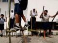 Pelajar menggunakan enggran pada lomba enggrang di halaman Museum Sulawesi Tengah di Palu, Rabu (29/5). Lomba enggran itu dilaksanakan untuk melestarikan permainan anak tradisional yang sudah mulai ditinggalkan. (ANTARAFOTO/Basri Marzuki)