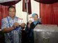 Calon Bupati Lumajang (Incumbent) Sjahrazad Masdar bersama isteri bersiap memasukkan surat suara pada Pilkada Lumajang di TPS 1 Ditotrunan, Lumajang, Jawa Timur, Rabu (29/5). Pilkada Lumajang diikuti empat pasang Calon Bupati, yaitu Sjahrazad Masdar - As'at Malik (SAAT), Agus Wicaksono - Adnan Syarif (Arif), Ali Mudhori - Samsul Hadi (ASA) dan Indah Pakarti - Abdul Kafi (Indah - Kafi) yang memperebutkan 819.872 pemilih di 1.872 TPS. (ANTARA FOTO/Seno)