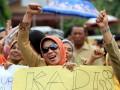 Guru yang tergabung dalam Forum Komunikasi Guru Sumatera Utara (FKGSU) berunjuk rasa di Dinas Pendidikan Kota Medan, Sumut, Rabu (29/5). Mereka menuntut pencairan dana tunjangan profesi guru bulan November 2012 - Maret 2013 yang hingga kini belum dibayarkan. (ANTARA FOTO/Irsan Mulyadi)