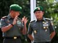 KSAD Letjen TNI Moeldoko (kanan) berbincang dengan Pangdam I/Bukit Barisan Mayjen TNI Lodewijk F Paulus (kiri) saat akan memberi arahan kepada prajurit TNI, di Makodam I/Bukit Barisan, di Medan, Sumut, Kamis (30/5). KSAD melakukan berbagai kegiatan di Sumatera Utara, dalam rangka kunjungan kerja. ANTARA (FOTO/Irsan Mulyadi)