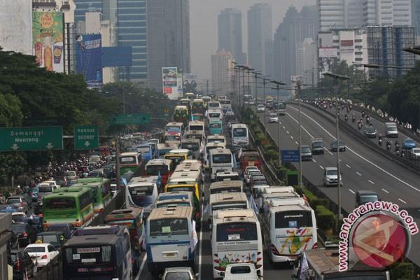 Buruh Melintas Di Ruas Tol Jalan Gatot Subroto Jakarta Rabu 1