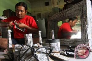 Warga Ngawi sulap limbah koran jadi kerajinan