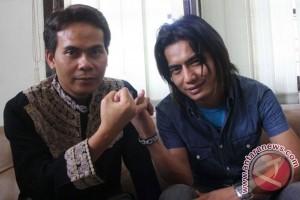 """Charly """"Setia Band"""" serahkan berkas pribadi untuk  Pilkada Garut"""