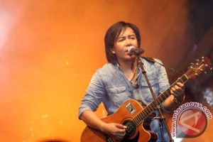 Penampilan Ari Lasso-Dewa 19 pukau warga Surabaya