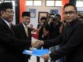 SERAHKAN BERKAS PENDAFTARAN  Pasangan calon Walikota-Wakil Walikota Makassar, Supomo Guntur (kiri)-Kadir Halid (tengah) menyerahkan berkas pendaftaran kepada Ketua KPU Makassar Urmal Idrus (kanan), saat mendaftar sebagai calon Walikota Makassar di Kantor KPU Makassar, Sulsel, Sabtu (1/6). Pasangan Supomo Guntur-Kadir Halid diusung oleh koalisi Golkar dan PDI Perjuangan dan akan bertarung pada Pemilihan Walikota Makassar 18 September 2013. (ANTARA FOTO/Darwin Fatir)