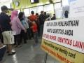 Sejumlah calon penumpang mengantre untuk membeli tiket kereta api lebaran tambahan di loket penjualan di Stasiun Gambir, Jakarta, Sabtu (1/6). PT. Kereta Api Indonesia menjual tiket lebaran tambahan tahun 2013 mulai Sabtu (1/6) yang akan berangkat mulai 1 Agustus 2013 dengan rute antara lain dari Jakarta ke Solo, Surabaya, Malang, Bandung, Cirebon, Kutoarjo, dan dari Bandung ke Solo dengan jumlah total tempat duduk 22.896 seat per hari. (ANTARA FOTO/Widodo S. Jusuf)