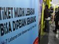 Calon penumpang antre untuk membeli tiket kereta di Stasiun Gambir Jakarta, Sabtu (1/6). PT KAI menjual tiket kereta tambahan Lebaran mulai 1 Juni dan akan berlangsung hingga 1 Agustus 2013 dengan jumlah tempat duduk yang disediakan sebanyak 22.896 per hari. (ANTARA FOTO/Wahyu Putro A)
