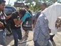 Dua pelaku pengedar narkotika jenis sabu-sabu yang merupakan anggota jaringan internasional tiba di mapolres Nunukan Kalimantan Utara, Sabtu (1/6). Keduanya tertangkap oleh aparat kepolisian Polsek Sei Nyamuk Pulau Sebatik Nunukan di Pelabuhan Sei Nyamuk, Jumat (31/5) sekitar pukul 15.00 Wita saat membawa sabu-sabu asal Malaysia lima bungkus seberat 251,16 gram dan uang tunai Rp3,2 juta yang akan dibawa ke Kota Tarakan. (ANTARA FOTO/M Rusman)