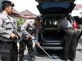 Sejumlah anggota polisi memeriksa kendaraan yang akan masuk ke Mapolres Kediri Kota, Jawa Timur, Senin (3/6). Terkait ancaman terorisme pada anggota polisi dan markas kepolisian di daerah-daerah, seperti serangan bom bunuh diri di kantor Polres Poso pada Senin pagi (3/6), Kepolisian Polres Kediri Kota lebih meningkatkan itensitas pengamanan. (ANTARA FOTO/Rudi Mulya)