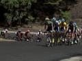 Sejumlah pebalap sepeda berusaha menaiki tanjakan di Kelok Sembilan, Kabupaten Lima Puluh Kota pada etape kedua Payakumbuh - Danau Singkarak dalam Tour de Singkarak 2013, Sumatera Barat, Senin (3/6). Pebalap asal Australia, Jacob Kauffmann, menjadi pebalap tercepat dengan waktu 3 jam, 1.05 menit. (ANTARA FOTO/Rosa Panggabean)
