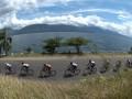 Sejumlah pebalap sepeda menyusuri Danau Singkarak pada etape kedua Payakumbuh - Danau Singkarak dalam Tour de Singkarak 2013, Sumatera Barat, Senin (3/6). Pebalap asal Australia, Jacob Kauffmann, menjadi pebalap tercepat dengan waktu 3 jam, 1.05 menit. (ANTARA FOTO/Rosa Panggabean)
