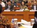 Menkeu M. Chatib Basri (kanan), Menteri PPN/Kepala Bappenas Armida Alisjahbana (tengah) dan Gubernur BI Agus Martowardojo (kiri) mengikuti rapat kerja dengan Badan Anggaran DPR di Gedung Parlemen, Jakarta, Selasa (4/6). Rapat kerja tersebut membahas soal asumsi dasar RUU tentang Perubahan APBN Tahun Anggaran 2013. (ANTARA FOTO/Widodo S. Jusuf)