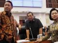 Ketua Badan Anggaran DPR Ahmadi Noor Supit (kiri) dan Wakil Ketua Badan Anggaran DPR Djoko Udjianto (tengah) berbincang dengan Menteri PPN/Kepala Bappenas Armida Alisjahbana (kanan) sebelum mengikuti rapat kerja dengan Badan Anggaran DPR di Gedung Parlemen, Jakarta, Selasa (4/6). Rapat kerja yang juga dihadiri Menkeu dan Gubernur BI tersebut membahas soal asumsi dasar RUU tentang Perubahan APBN Tahun Anggaran 2013. (ANTARA FOTO/Widodo S. Jusuf)