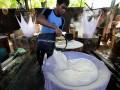 Pekerja memproduksi tahu di pabrik RPJ Duren Tiga, Jakarta, Selasa (4/6). Perum Bulog berencana mengimpor kedelai sebanyak 150.000 ton pada Oktober-Desember mendatang, impor kedelai untuk menstabilkan harga kedelai di dalam negeri. (ANTARA FOTO/M Agung Rajasa)