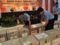 HASIL PILGUB JATENG  Petugas mempersiapkan kotak suara berisi laporan hasil penghitungan Pilgub Jateng dari 35 kabupaten/kota yang akan dihitung pada rapat pleno terbuka rekapitulasi penghitungan suara di Kantor KPU Jateng, di Semarang, Selasa (4/6). KPU Jateng menetapkan pasangan cagub Ganjar Pranowo-Heru Sudjatmoko sebagai pemenang Pilgub Jateng dengan meraih total suara sebesar 6.962.417 suara atau 48,82 persen, sementara pasangan cagub Bibit Waluyo-Sudijono Sastroatmodjo menduduki urutan kedua dengan perolehan suara sebanyak 4.314.813 suara atau 30,26 persen, dan pasangan cagub Hadi Prabowo-Don Murdono berada di posisi terakhir dengan 2.982.715 suara atau 20,92 persen. (ANTARA FOTO/R. Rekotomo)