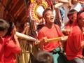 Sejumlah warga Toraja mengusung Tongkonan (rumah adat Toraja) yang berisi hewan ternak, buah-buahan, dan makanan pada perayaan 100 Tahun Injil Masuk di Tana Toraja yang digelar oleh umat Kristen Toraja Klasis Sulawesi Tengah di Mamboro, Palu, Sulawesi Tengah, Kamis (6/6). Perayaan yang melibatkan 13 klasis Kristen Toraja itu dihadiri oleh ribuan umat Kristen asal Toraja untuk mengenang Antonie Aris van de Loosdrecht, misionaris Belanda yang membawanya pertama kali pada 1913. (ANTARA FOTO/Basri Marzuki)