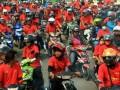 Pekerja yang tergabung dalam Federasi Serikat Pekerja Karawang (FSPEK) memblokir jalan raya Ahmad Yani saat unjuk rasa menolak rencana kenaikan harga Bahan Bakar Minyak (BBM) di Karawang, Jawa Barat, Jumat (7/6). Mereka menolak kenaikan BBM karena akan menyulitkan masyarakat dan kaum buruh. (ANTARA FOTO/M.Ali Khumaini)