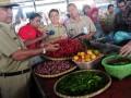 Walikota Tegal Ikmal Jaya (kiri) meninjau harga hortikultura di Pasar Randugunting, Tegal, Jateng, Senin (10/6). Kunjungan tersebut untuk memantau perkembangan harga kebutuhan pokok seperti cabai dan sayur menjelang kenaikan BBM. (ANTARA FOTO/Oky Lukmansyah)